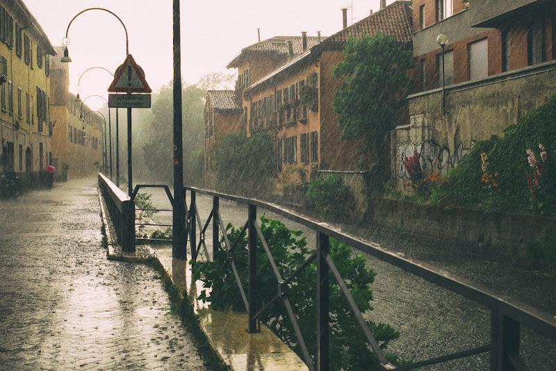 Pioggia sul Naviglio. Milano. di ZERRUSO
