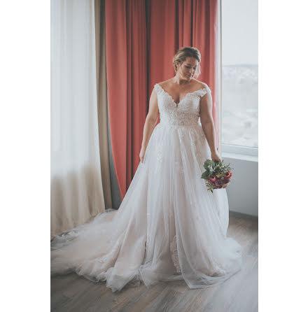 Champangefärgad drömklänning med vacker spets som faller ner över kjolen