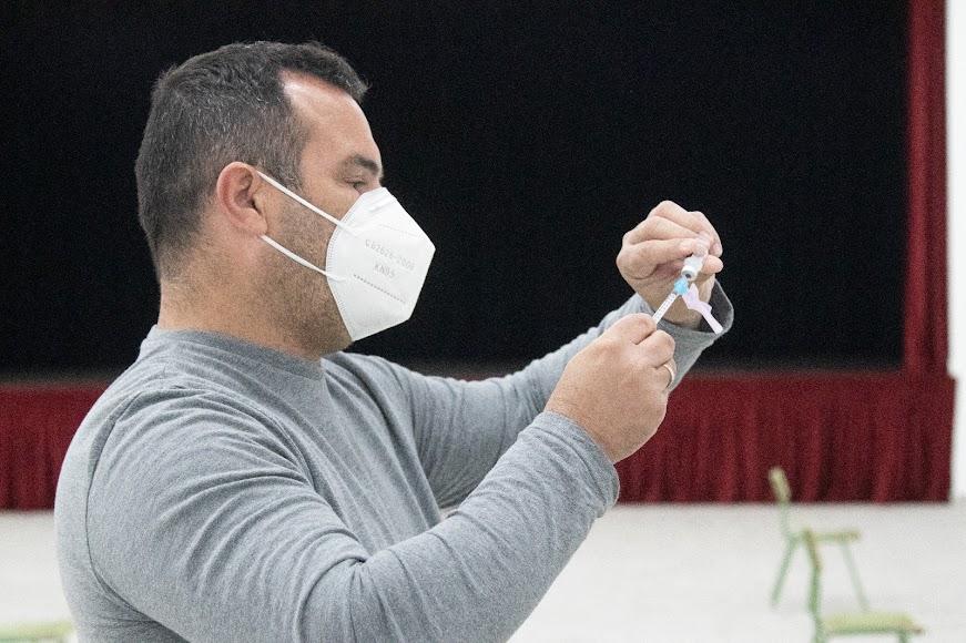 Profesional durante el proceso de vacunación.