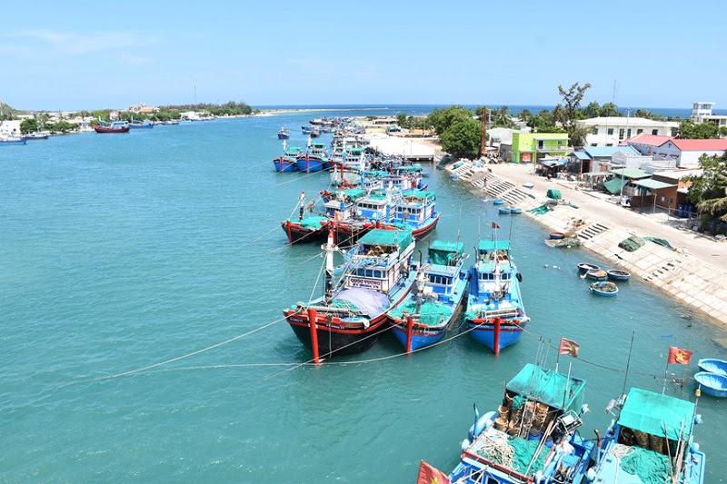 Ninh Thuận - Những con thuyền ngủ trưa trên làn nước xanh ngọc bích.