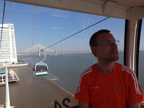 Photo: in der Seilbahn mit Vasco da Gama Brücke im Hintergrund