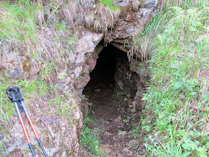 Photo: 04.Nieco powyżej mijam dziurę w skale, która wygląda na jaskinię, ale po krótkich oględzinach dość płytka jama okazuje się być raczej pozostałością po jakiejś działalności górniczej.