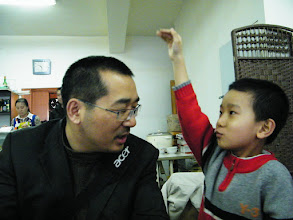 Photo: naughty baby son, warrenzh 朱楚甲, played with his dad, benzrad 朱子卓 before dinner.