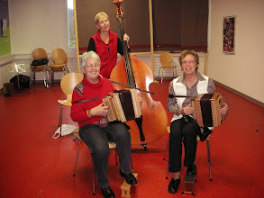 Photo: Trio Chleeblatt in Aktion / Margrit Siegrist, Marliese Plüss am Bass Claudia Maier