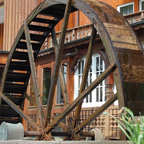 Das große hölzerne Mühlenrad der Mühle