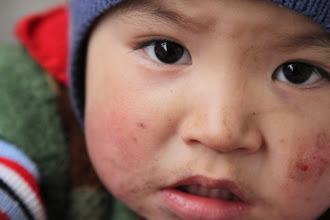Photo: Mūsų kuprines rakinėjęs vaikas.  The kid who was very interested in our backpacks.