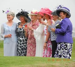 Photo: ces dames se préparent pour le mariage