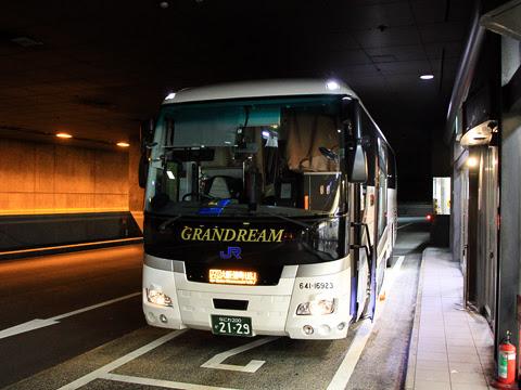 西日本JRバス「グランドリーム大阪2号」 2129 湊町バスターミナル(なんばOCAT)到着_01
