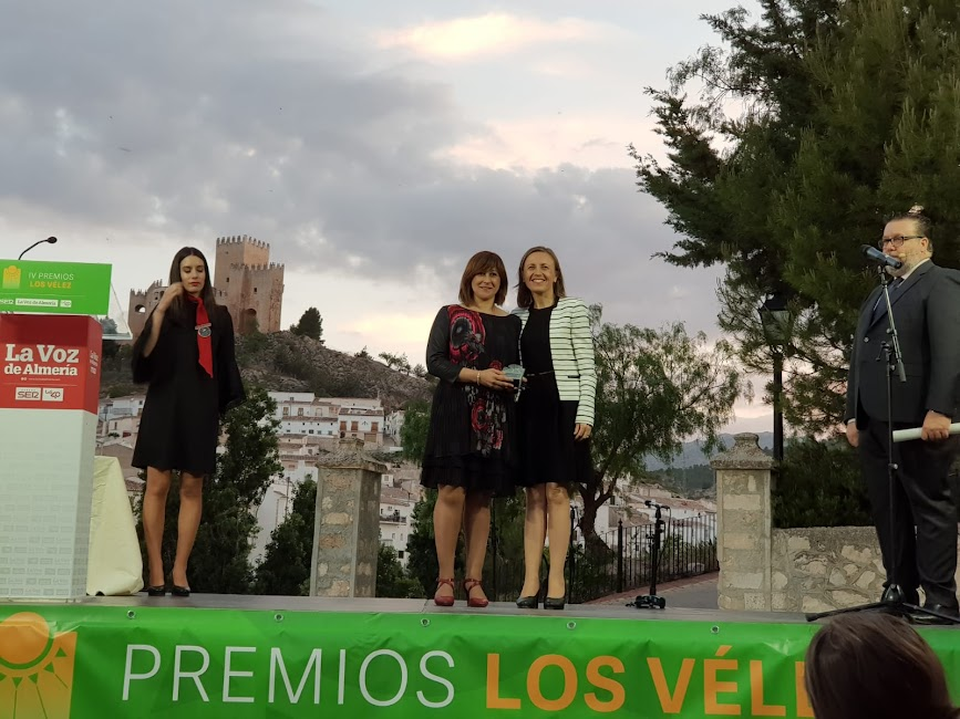 Cati Casanova, mayordoma de la Cuadrilla de Ánimas de Vélez Blanco, ha sido la encargada de recoger el Premio Sociedad para esta agrupación musical.