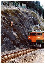 Photo:      列車接近       徐行する運転士さんと目で挨拶。