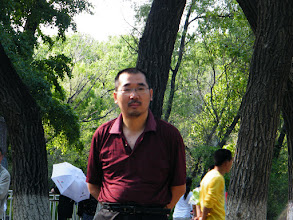 Photo: benzrad 朱子卓, brought son, warrenzh 朱楚甲, visit zoo and treat bears, pigs, dears with pork and vegetable we bought. lots of side watchers in the zoo when animals enjoy the snack we offered. here warrenzh's works: benzrad in zoo. sunshine after pale noon.