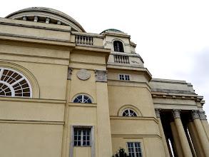 Photo: Görögkereszt alaprajzú, klasszicizáló empire stílusban tervezett kupolás épület, oszlopos előcsarnokkal.