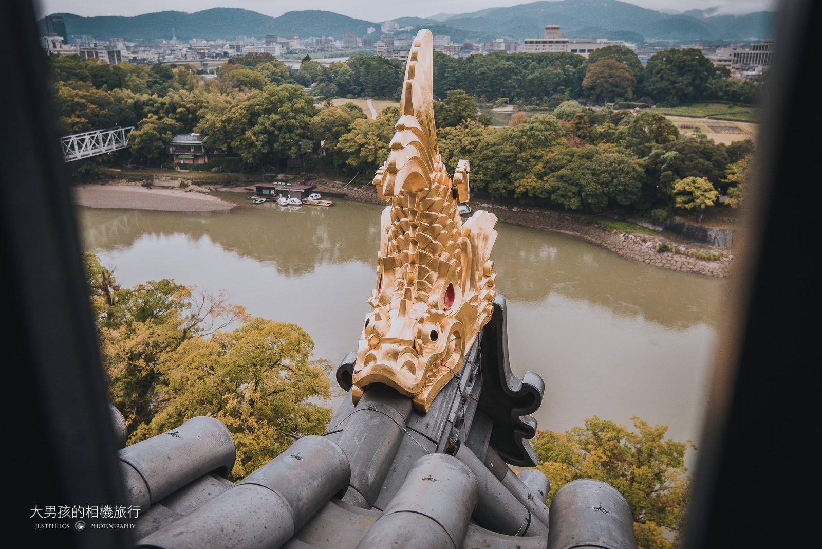 登上天守閣頂端可看到屋簷上精緻的鯱瓦。