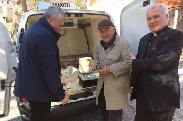 Vatican 'đi mua sắm' ở những khu vực bị động đất của Ý để giúp kinh tế địa phương