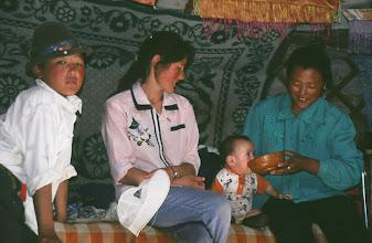 Photo: 03257 ブルド/バスハダール家/馬乳酒を飲む幼児