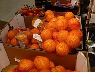 Kartons mit Orangen.