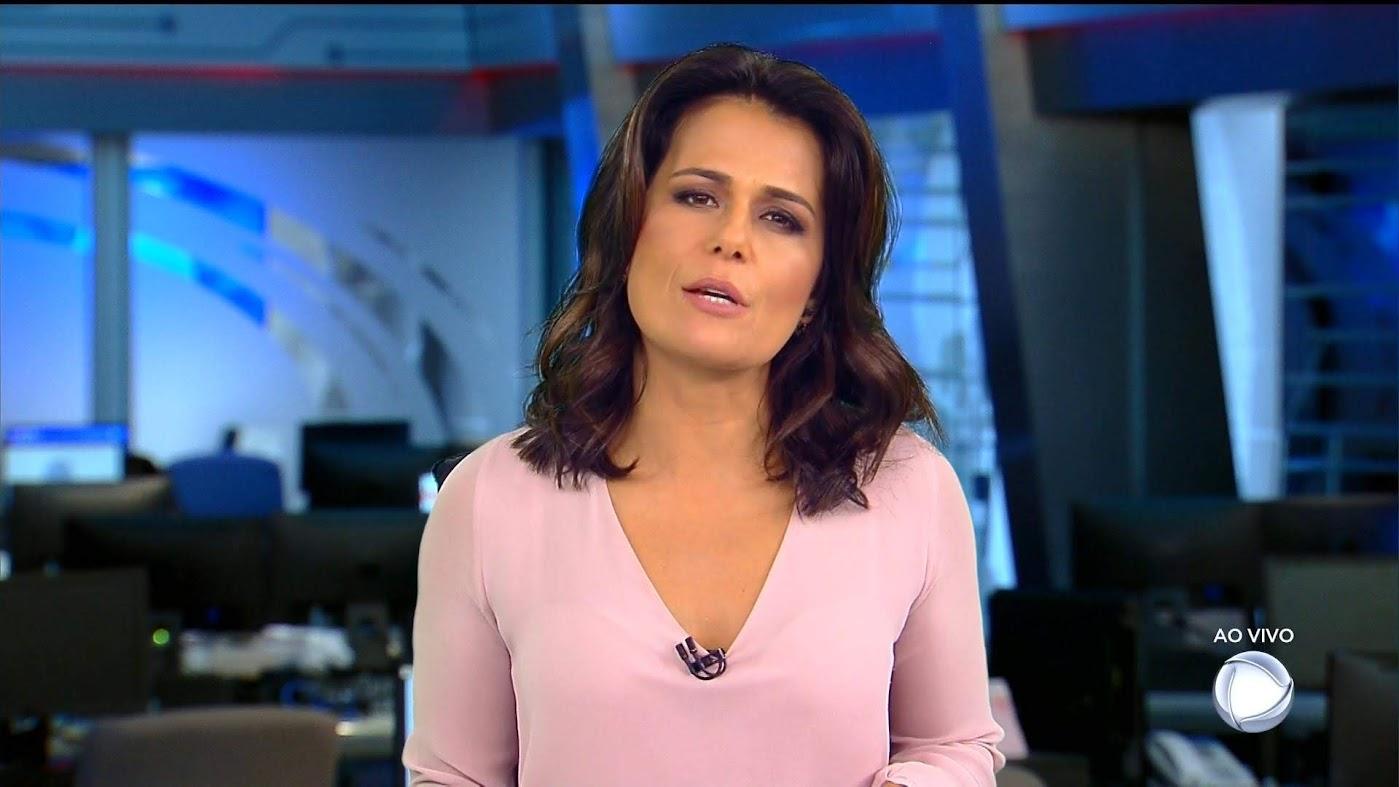Adriana Araújo apresentando o Jornal da Record já em um estúdio provisório
