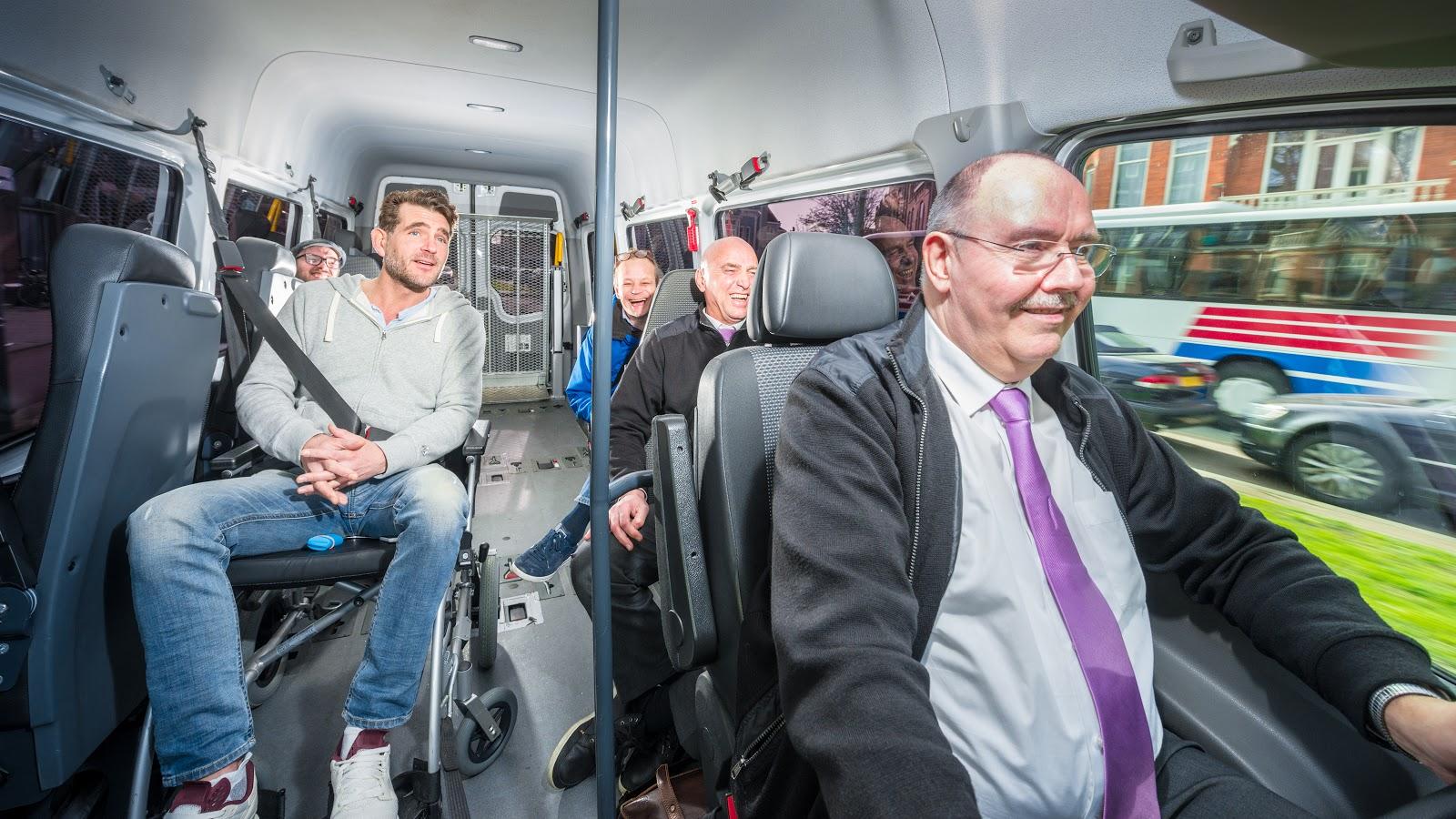 Motorista e passageiros no transporte público adaptado para deficientes