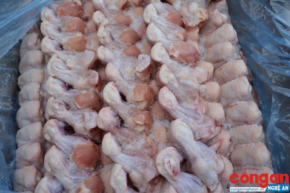 Hàng chục kg đùi ra đông lạnh không đảm bảo vệ sinh chuẩn bị được bán ra thị trường.