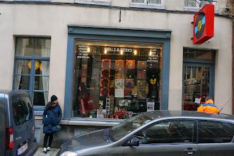 Photo: Aún quedan tiendas de vinilos por Europa., y mujeres que quieran posar a sus puertas, también.