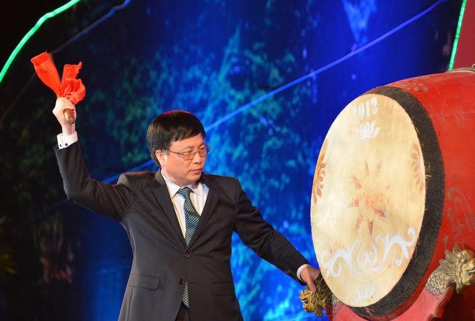 Đồng chí Bùi Đình Long, Phó Chủ tịch UBND tỉnh đánh trống khai hội