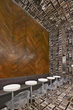Photo: Hoy viajamos a Manhattan al bar D'Espresso. Uno cuando entra tiene la sensación de haberse caído, de cruzar la frontera de la verticalidad, ya que se trata de un lugar muy especial. Es una biblioteca tumbada de lado. Un lugar en el que paredes y techo juegan con la vista y en el que nos ofrecen, sin lugar a dudas, todo un juego visual.