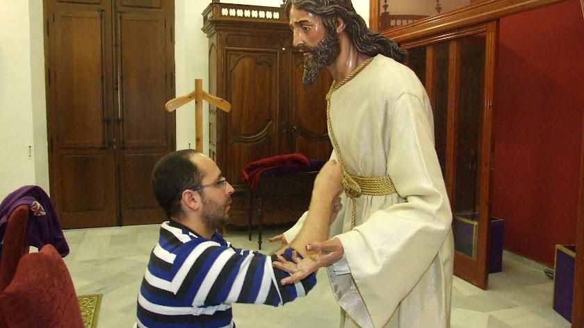 Javier Marín Lao vistiendo a Jesús en su Prendimiento.