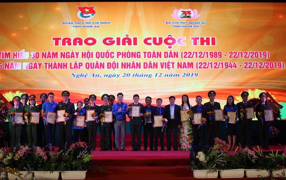 Ban tổ chức trao các giải nhất, nhì, ba và khuyến khích cho các cá nhân
