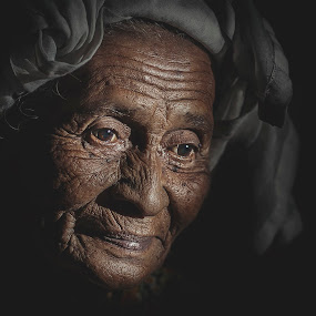 Old Woman by Lengz Jurufoto - People Portraits of Women ( people old women malay jurufoto jurufoto.net )