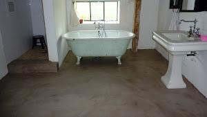 je refais moi-même son sol de salle de bain en béton ciré en recouvrant mon ancien sol carrelé grace au kit prêt à l'emploi béton ciré