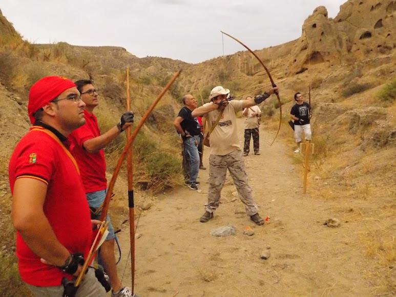 Lanzamiento de tiro con arco prehistórico.
