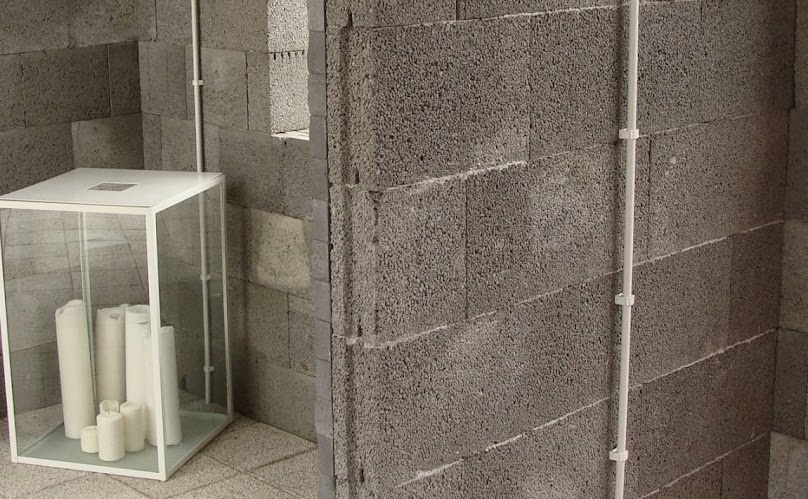 Z pustaków i bloczków keramzytobetonowych muruje się m.in. ściany zewnętrzne i działowe