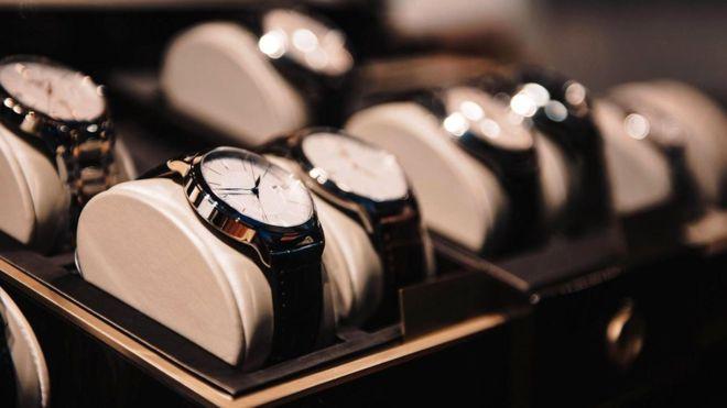 Когда продавцы видели перед собой полную женщину, они предлагали ей купить часы более округлой формы