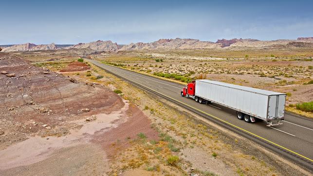 Carretera semivacía debido al confinamiento, con un camión atravesándola.
