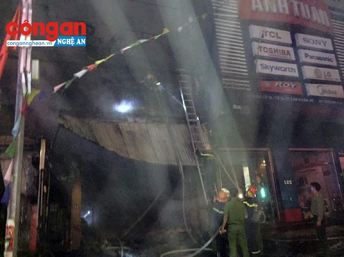 Ngay sau khi dám cháy xẩy ra lực lượng cảnh sát phòng cháy chữa cháy đã có mặt kịp thời để khống chế