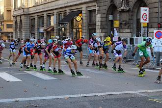 Photo: Le peloton des élites féminines sur la gauche, le peloton de Charles sur la droite, qui a ralenti pour les laisser passer...