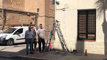 El alcalde, con los operarios que instalan las cámaras.
