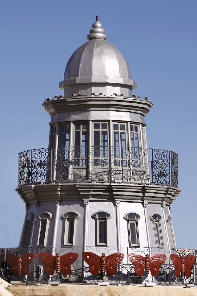 La torre con forma de faro más representativa del inmueble.