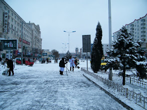 Photo: 2nd snow in Qiqihar in winter 2010: road cleaning in front of Qiqihar distant bus station. 齐齐哈尔2010冬季的第二场雪:齐齐哈尔公路客运站门前即景。