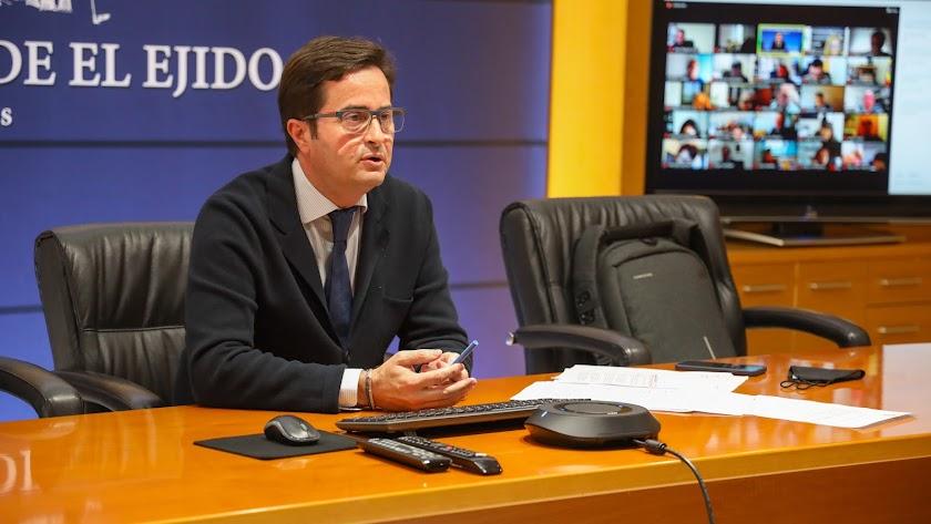 El alcalde de El Ejido, Francisco Góngora, siguiendo la sesión plenaria.