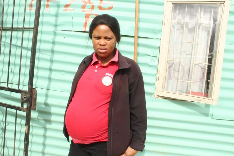 KYK   Kwaad kliënt tref swanger Shoprite-kassier aan - DispatchLIVE
