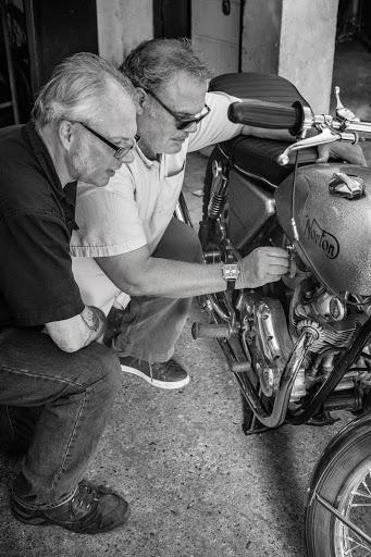 La même moto Norton 750 Commando avec Henri et Romu.