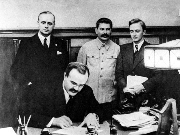 Молотов подписывает пакт о ненападении с Германией
