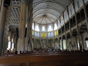 Photo: L'intérieur de la cathédrale est sobre et amusant : on se croirait dans une usine recyclée...
