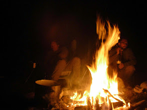 Photo: Sebastian am abendlichen Feuer