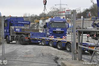 Photo: Dichtes Schwerlasttransporter-Gedränge