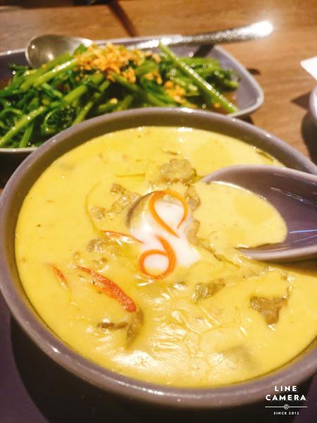 泰國菜來說他算蠻正宗的了 而且點的檸檬魚非常新鮮 夏季還有芒果糯米飯(期間限定) 我是為了芒果糯米飯才去吃的~ 台灣泰式甜點都改良比較符合台灣人口味 還是正常點餐就好😂