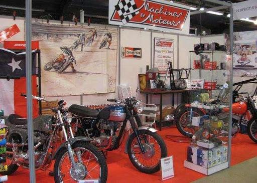 Vue du Stand Machines et Moteurs avec des motos anglaises classiques