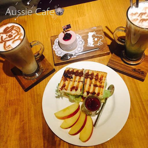 起司蛋糕老王吃完又點了第二個😋👍🏻 #伯爵鮮奶茶#藍莓起司蛋糕#抹茶三色咖啡拿鐵#蜂蜜醬燒培根帕尼尼