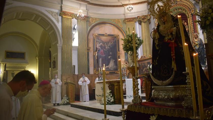 El obispo, ante la titular mariana del Santo Sepulcro.